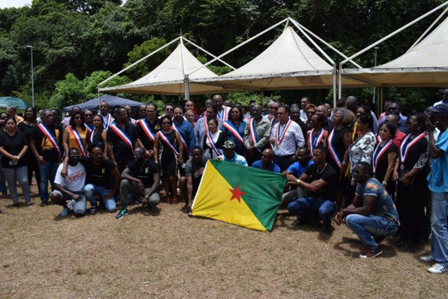 Barrage de La Carapa à l'entrée du Centre Spatial Guyanais à Kouroru. Les Maires de Guyane, leurs adjoints et conseillers municipaux, et les représentants des collectifs unis ensemble dans la revendication.