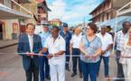 Lancement officiel de la grande braderie par Claude VO DINH, sous-préfet de Saint-Laurent du Maroni, Yvonne VELAYOUDON, adjointe au maire en charge des relations avec les commerçants et les artisans, et Serge MARANTE, président de l'Association des Patrons de l'Ouest Guyanais (APOG)