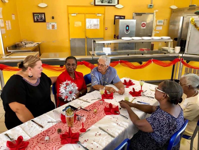 [Festivités] : Madame le maire partage le repas de Noël du CCAS avec les grandes personnes