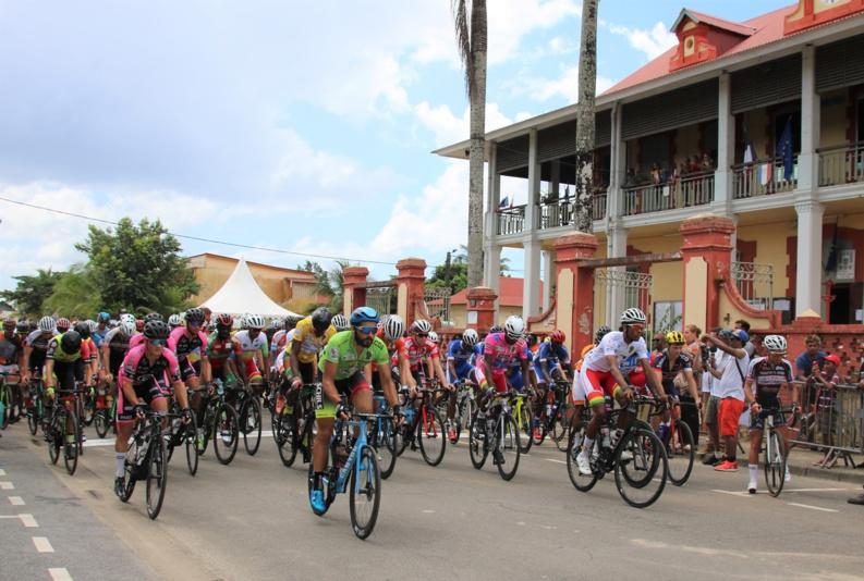 [Tour de Guyane] : Madame le maire donne le départ de l'étape en ligne Saint-Laurent/Apatou/Saint-Laurent
