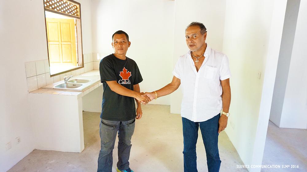 Monsieur le Maire et l'heureux propriétaire du futur logement