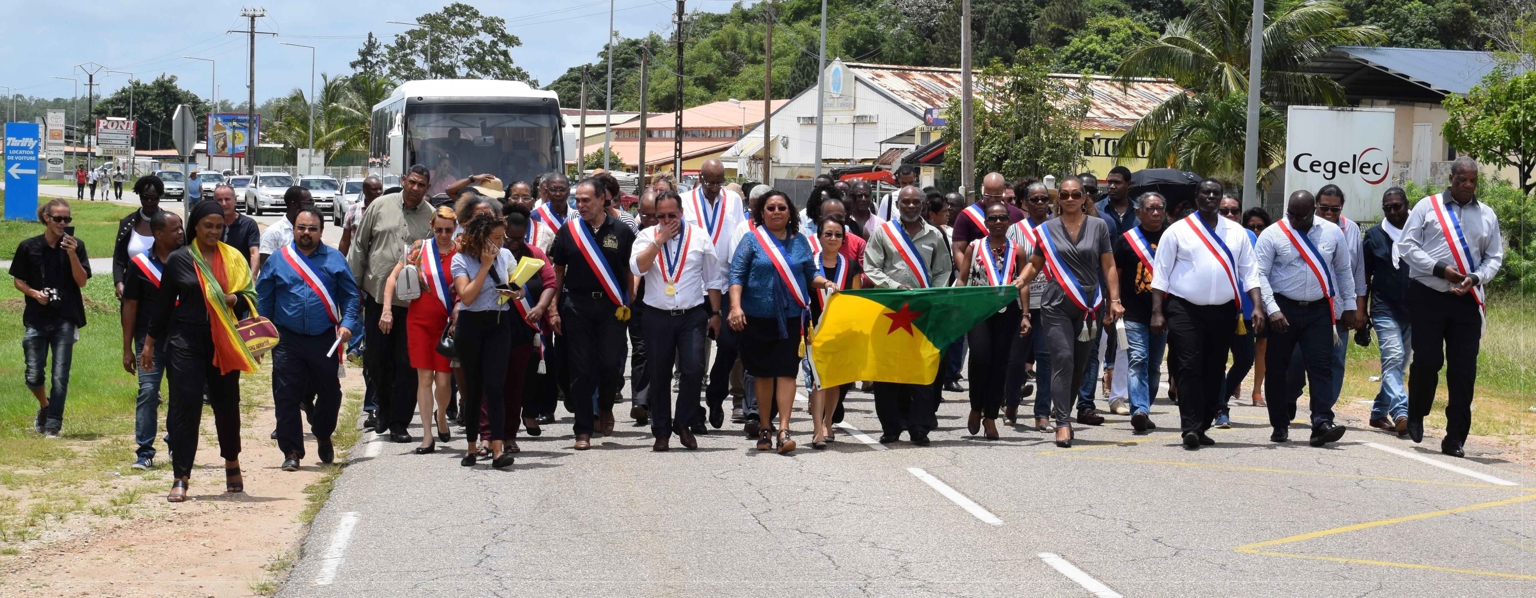 Kourou. Marche des Maires e Guyane vers le barrage de la Carapa situé à l'entrée du Centre Spatial Guyanais