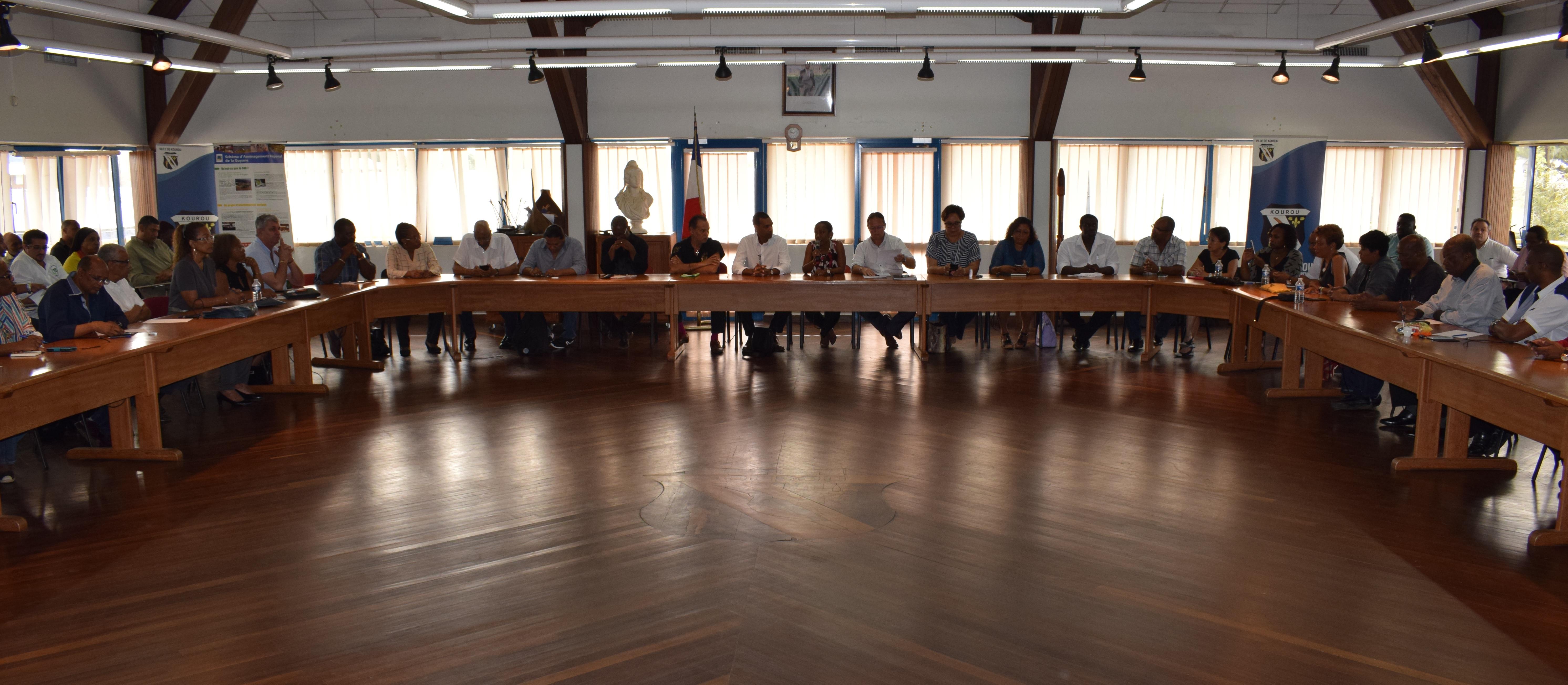 Réunion des Maires et des conseillers municipaux avant la marche et la visite des barrages à Kourou