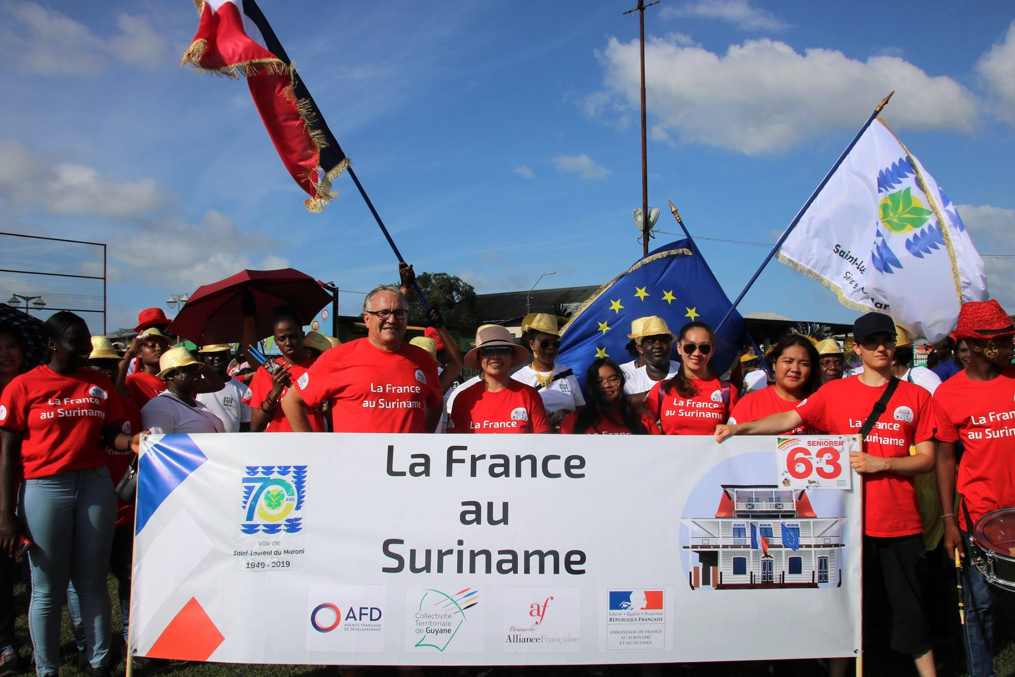 """[Coopération transfrontalière - culture] : les groupes carnavalesques de Saint-Laurent défilent à Paramaribo sous la bannière du groupe """"La France au Surinam"""""""