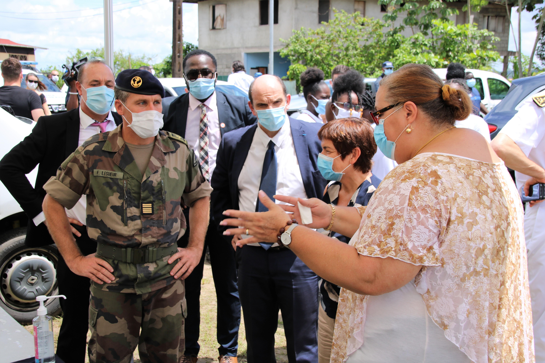 [#prévention] : Madame la ministre des Outre mer rencontre une équipe de la commune de #saintlaurentdumaroni en charge de la distribution des masques à la population