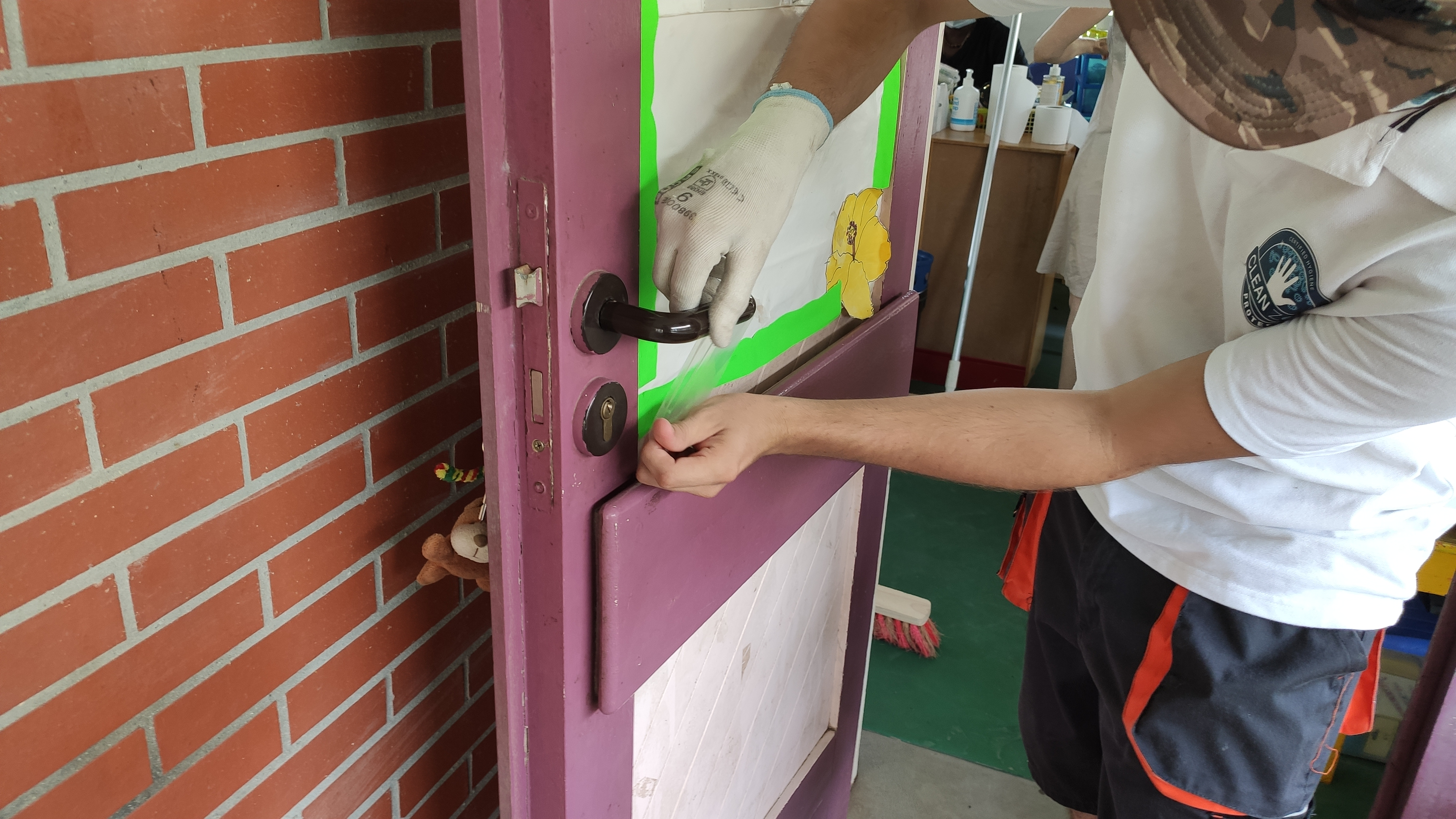 [#RentréeScolaire] nettoyage et désinfection des locaux, pose de signalétique et d'adhésifs anti-COVID....la commune prépare activement la rentrée dans les écoles primaires