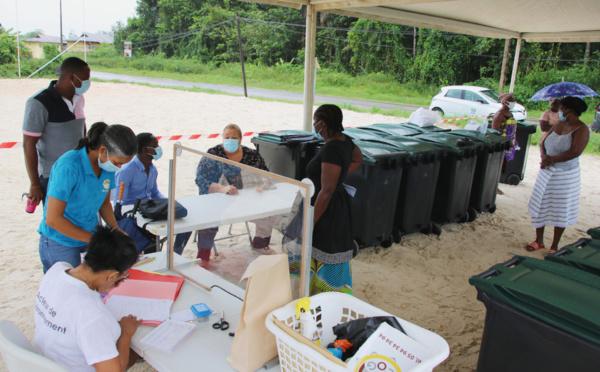 #Salubritépublique : Distribution de poubelles au quartier Djakarta