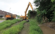 Le curage des canaux et fossés se poursuit dans les quartiers